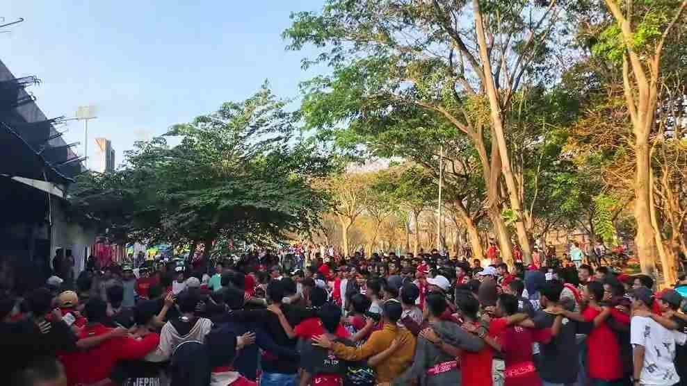 Digelar Tanpa Penonton, Ribuan Supporter Persijap Dukung Dari Luar Stadion