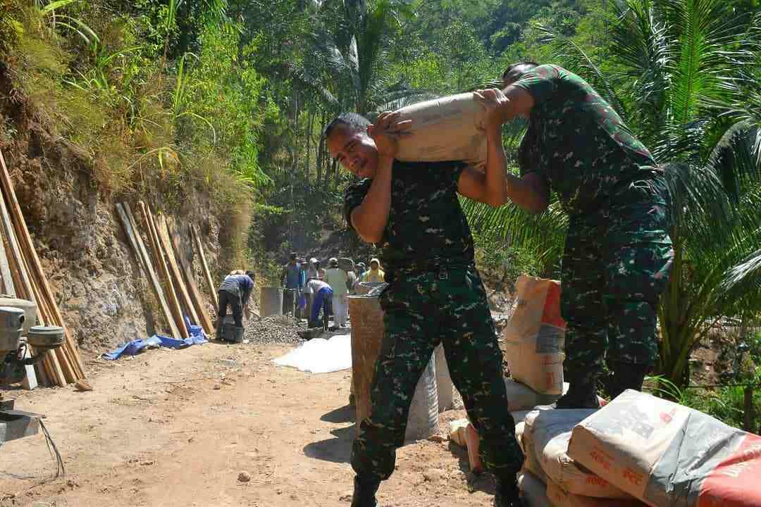 Tentara Membangun Desa di Desa Tanjung