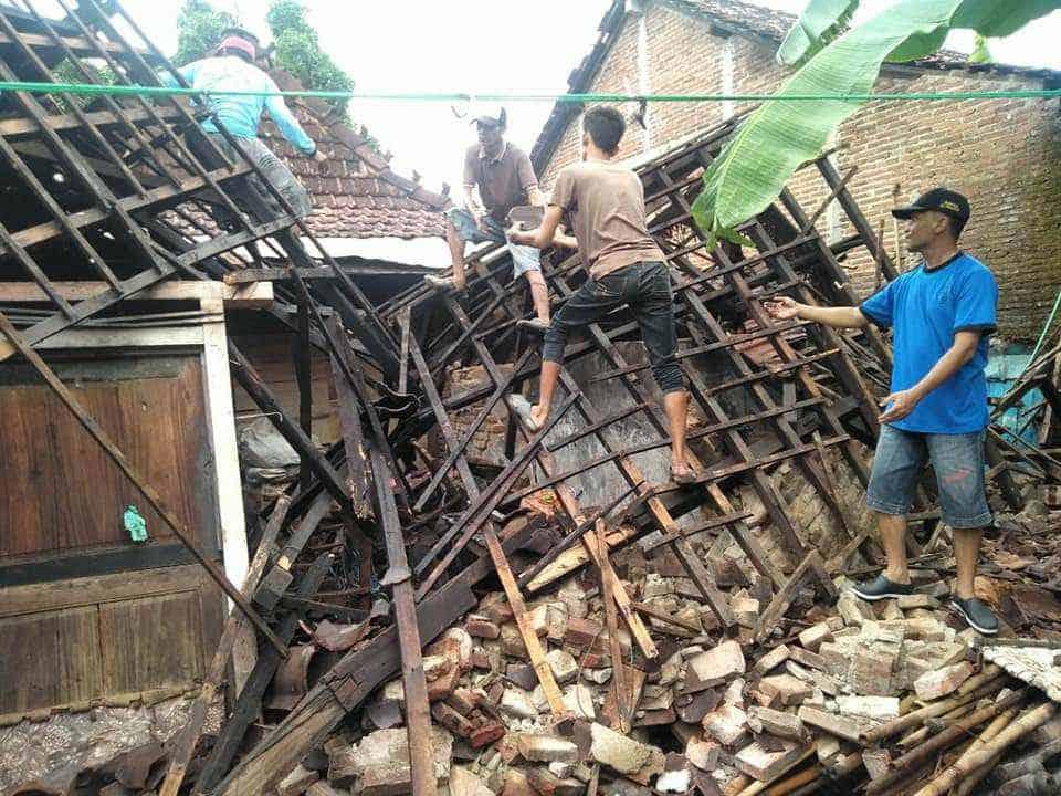 Hujan Deras Di Jepara Akibatkan Pohon Tumbang Hingga Rumah Roboh