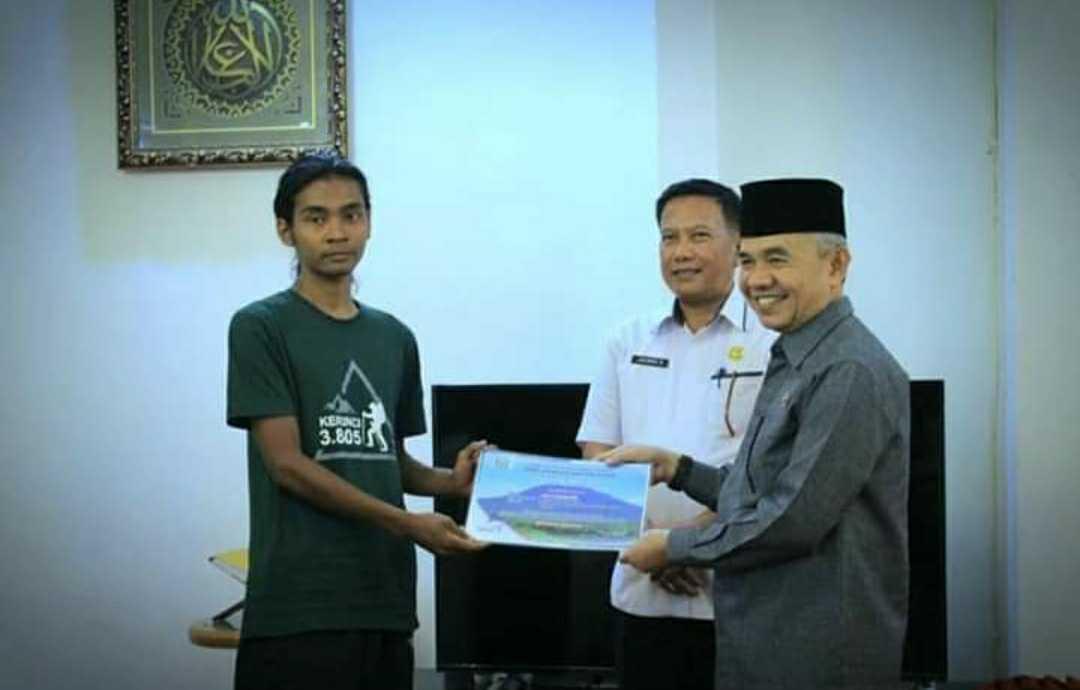 Abu Syamsudin Pendaki Gunung Dari Jepara Dapat Penghargaan Dari Bupati Kerinci
