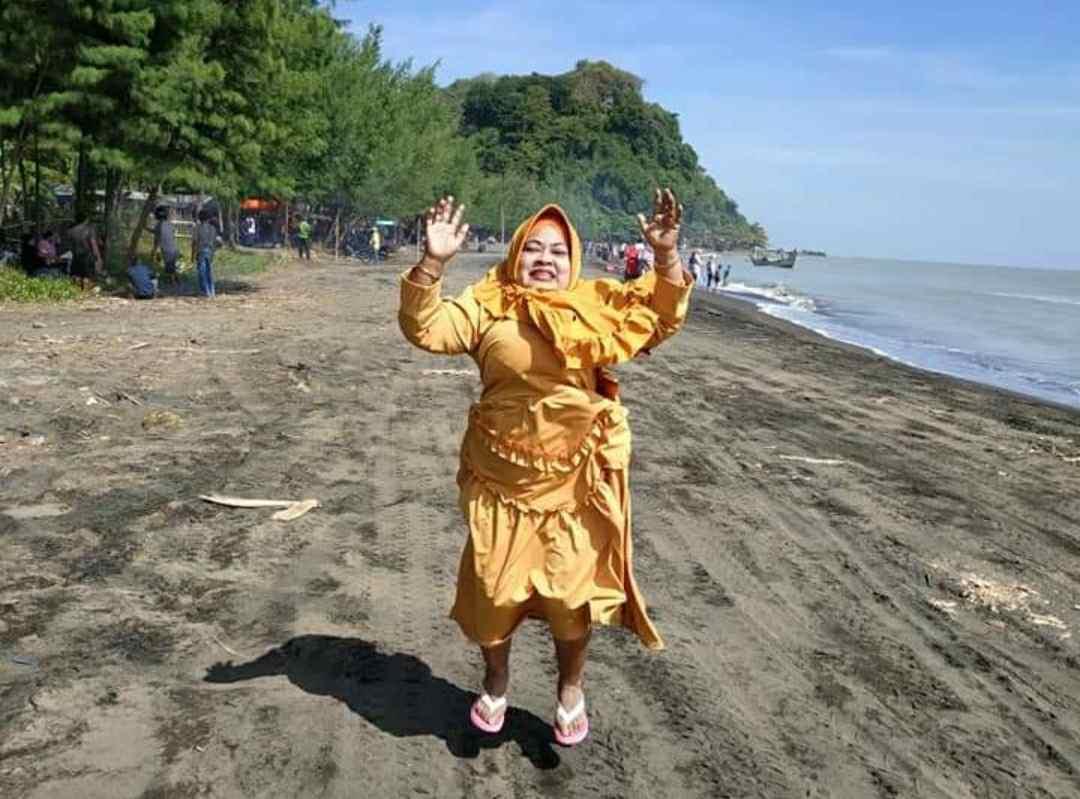 Ibu Riyanti Emak-emak Yang Hobi Piknik Kelilingi Wisata Jepara