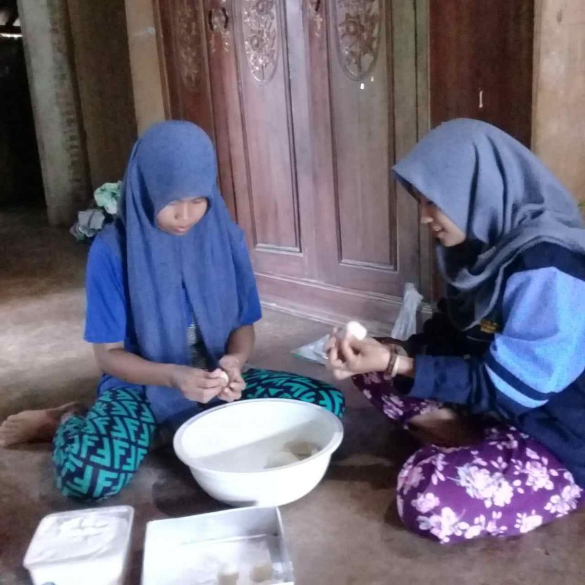 Mahasiswa KKN UIN Walisongo Berikan Pelatihan Membuat Kue Donat
