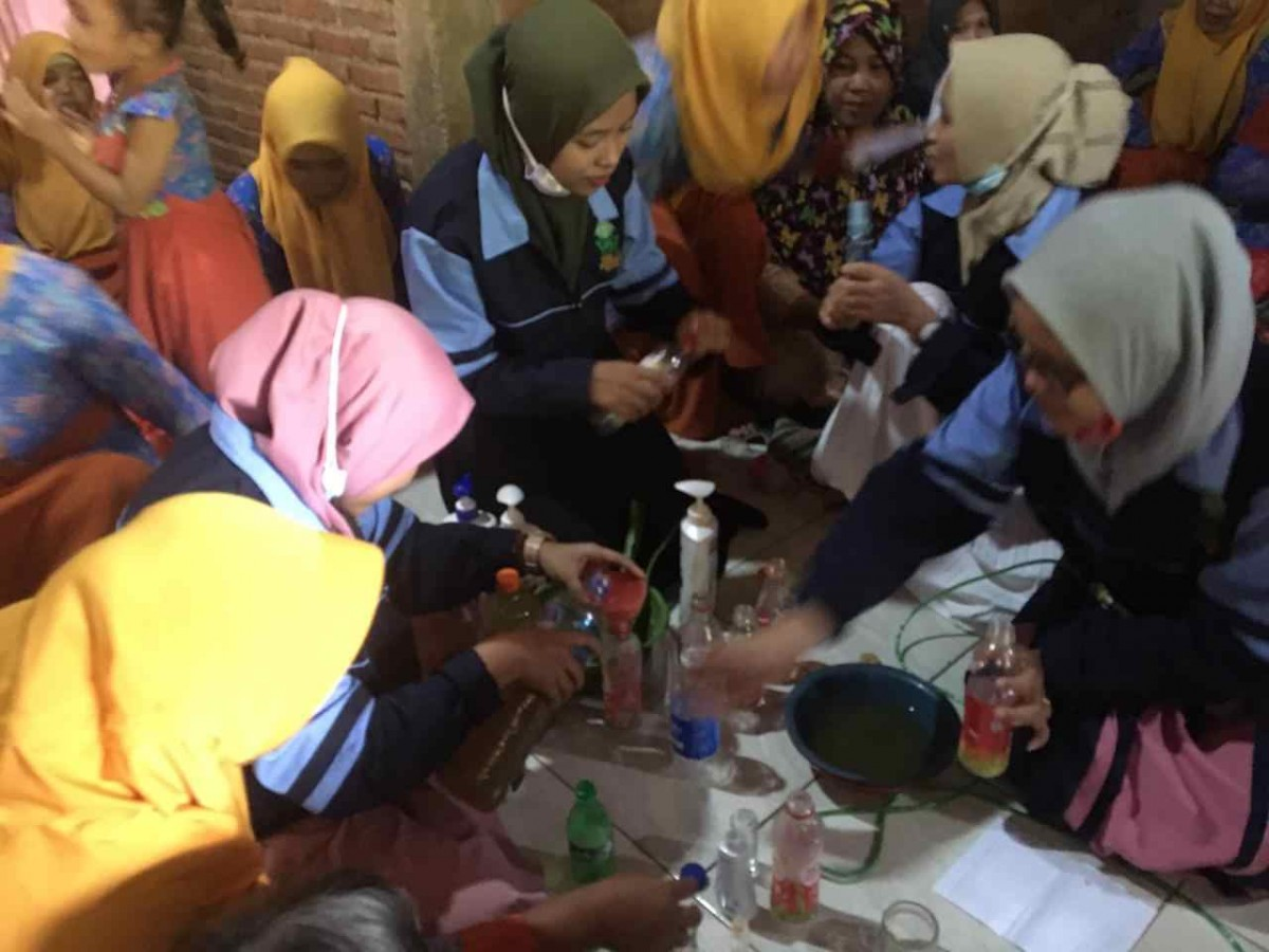 MAHASISWA KKN DR-75 UIN WALISONGO ADAKAN PELATIHAN PEMBUATAN HANDSANITIZER ALAMI